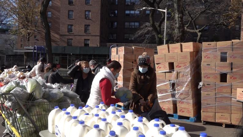 为领救济食物纽约华人半夜排队 每周发1万份 年底补助到期会更糟