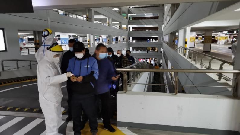 上海浦东机场关联多例新冠确诊患者后连夜组织全员检测