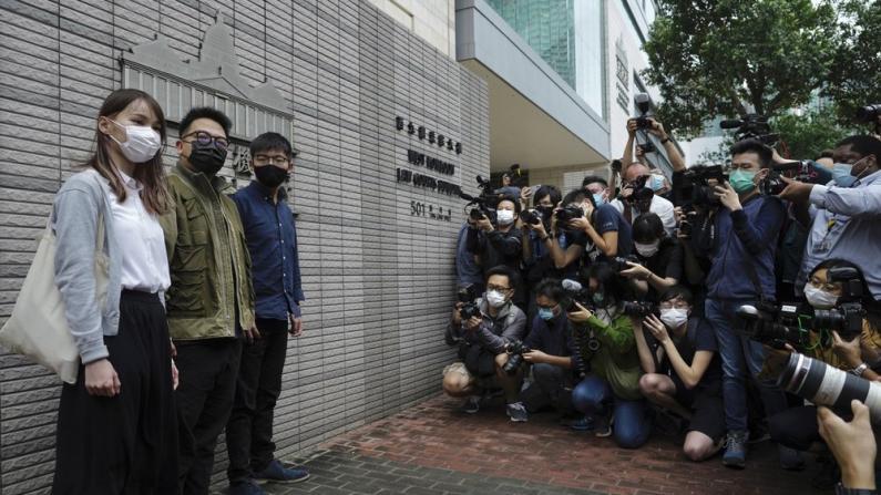 涉非法煽动、组织及参与包围香港警察总部 黄之锋等三人认罪