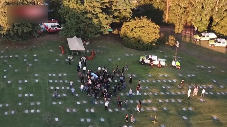 马拉多纳灵柩运抵公墓 球迷唱歌送行