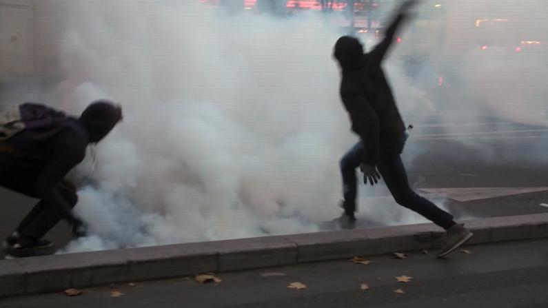 巴黎似战场!抗议酿骚乱 示威者掷石块警察放烟雾弹