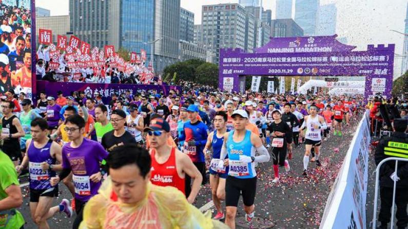 体育赛事回暖!上海、成都、南京数万人同日跑马拉松