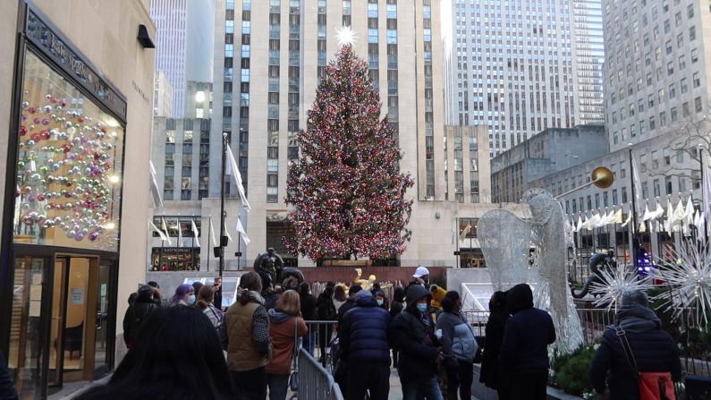 不畏疫情与圣诞树合影 纽约洛克菲勒中心迎大批游客