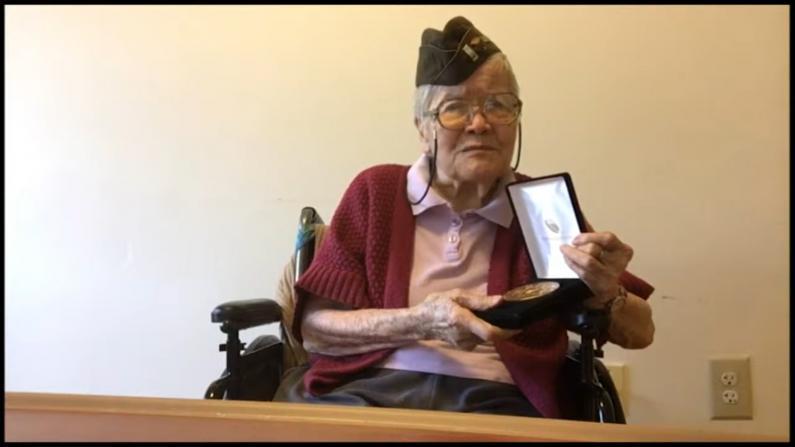 国会向二战华裔退伍军人颁金质奖章 102岁战地护士代表领奖