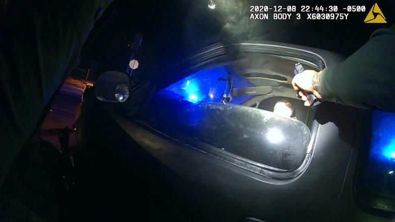 """【全程】警员苦苦恳求嫌犯""""求求你别掏枪"""" 最终…"""