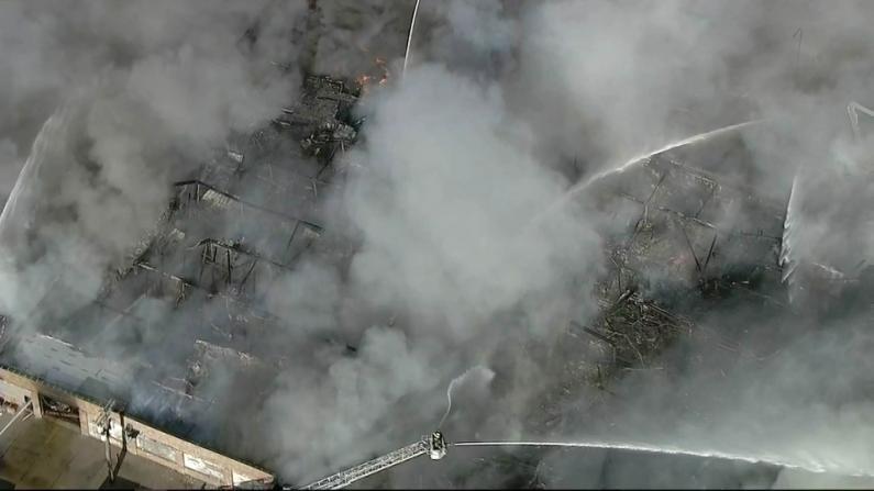 芝加哥一仓库发生大火 数百消防员齐灭火