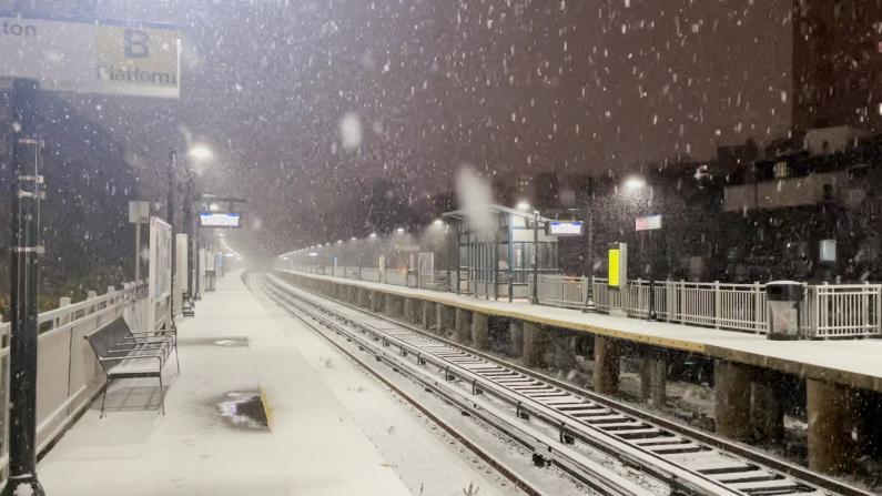 晚高峰遭遇首场暴风雪 纽约民众出行状况调查