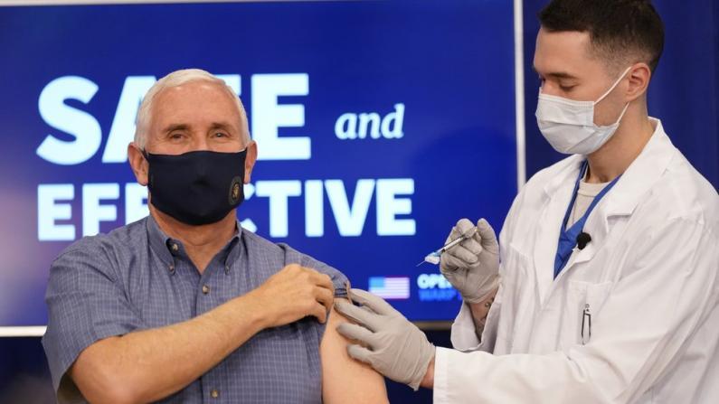 彭斯公开接种新冠疫苗 给公众派定心丸