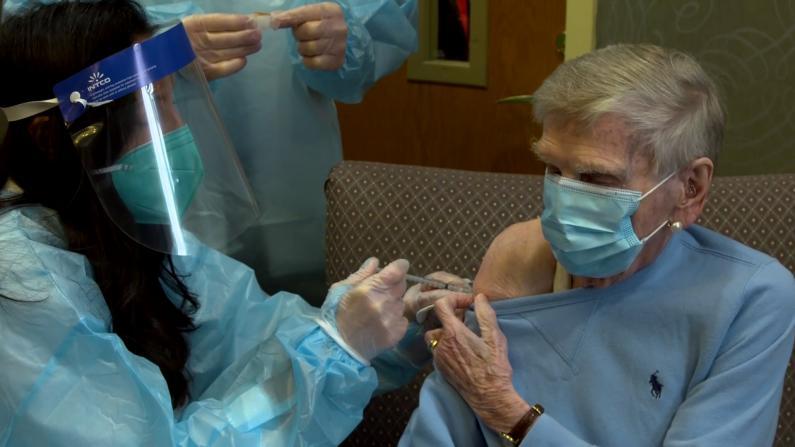 多地养老院工作人员与住户开始接种新冠疫苗