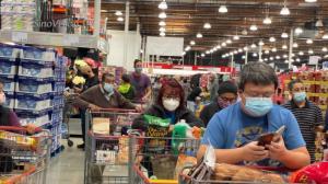 圣诞来临洛杉矶民众忙购物 社交距离难遵守