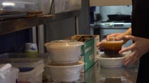 高额抽成 被迫打折 纽约华人餐饮业主:赔钱做外卖