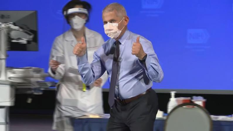 """福契镜头下接种新冠疫苗:""""对它非常有信心"""""""