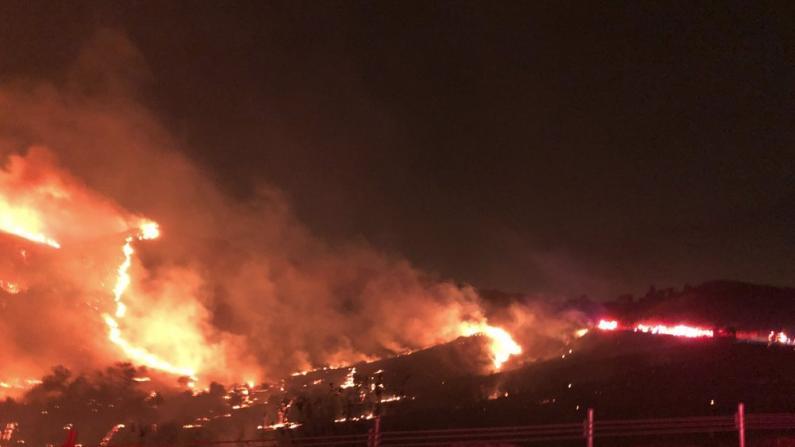南加山火再燃! 席卷三千英亩土地 军事基地也要疏散