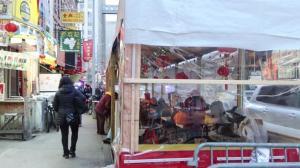 纽约华埠彩灯迎圣诞 生意不及感恩节