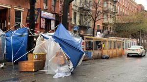 疫情反弹 天气异常 纽约圣诞树打卡、户外用餐遇冷