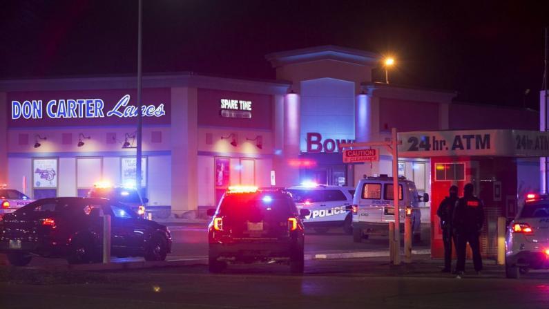 伊州保龄球馆爆枪案致三死三伤 嫌犯被拘