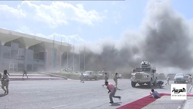 【现场】也门新联合政府成员刚落地 亚丁机场就爆炸了…