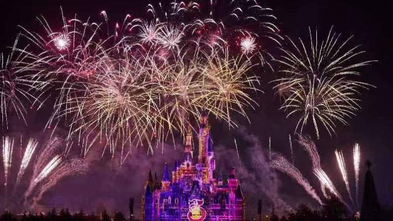 迎接2021新年!上海迪士尼上演特别版烟花秀