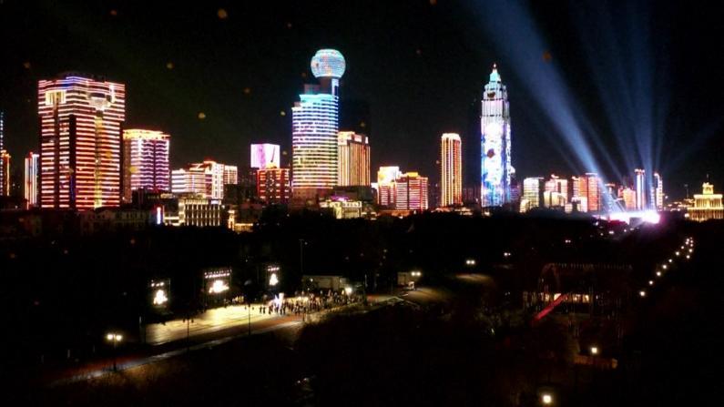 武汉汉口江滩广场上演灯光秀 民众聚集江边欣赏迎新年