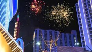 拉斯维加斯烟花秀迎新年 数千民众上街庆祝