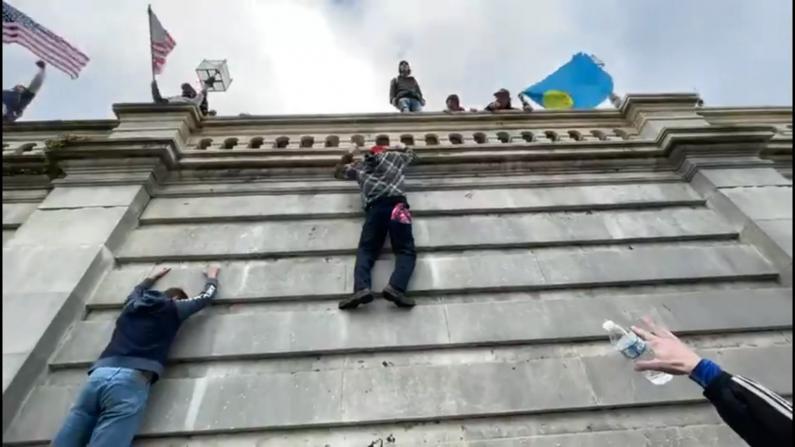 爬外墙 挂升降台 示威者试图蛮闯国会大厦