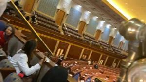国会众院议事厅枪响 工作人员躲座位夹缝中避难