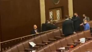 【现场】示威者打碎国会众院门玻璃 警员持枪对峙