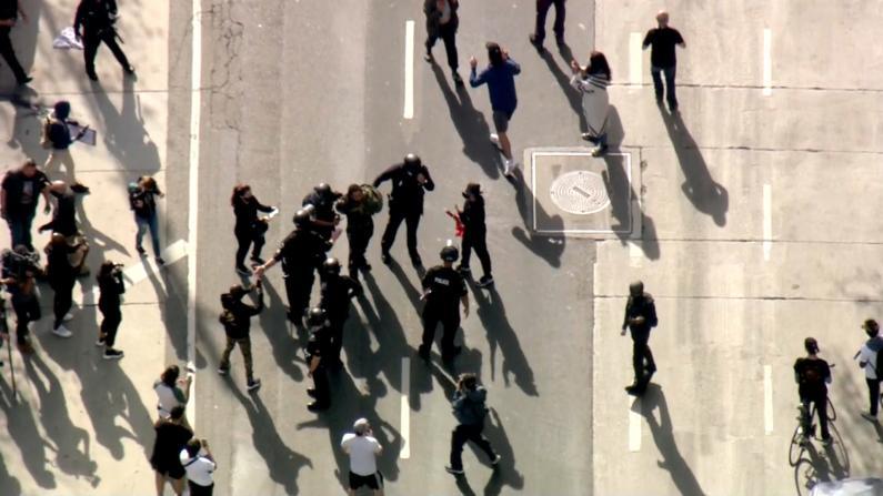 洛杉矶市中心现挺川示威 4人被捕