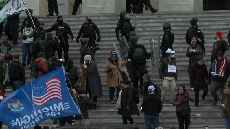 国会山执法人员开始清场 至少十三人被捕