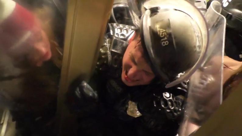 阻暴徒闯国会 警员惨遭夹击痛苦呼喊求救…