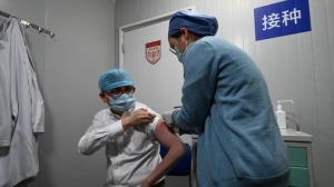 张文宏接种第二剂新冠疫苗 提醒接种后坚持戴口罩