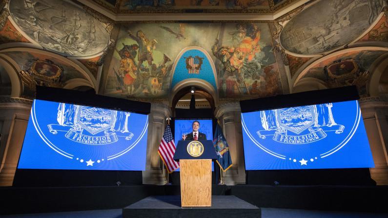 """""""不能一直关着"""" 纽约州长库默发表州情咨文暗示重开经济"""