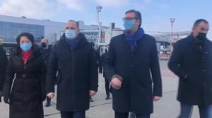 塞尔维亚总统冒严寒机场迎接100万剂中国疫苗