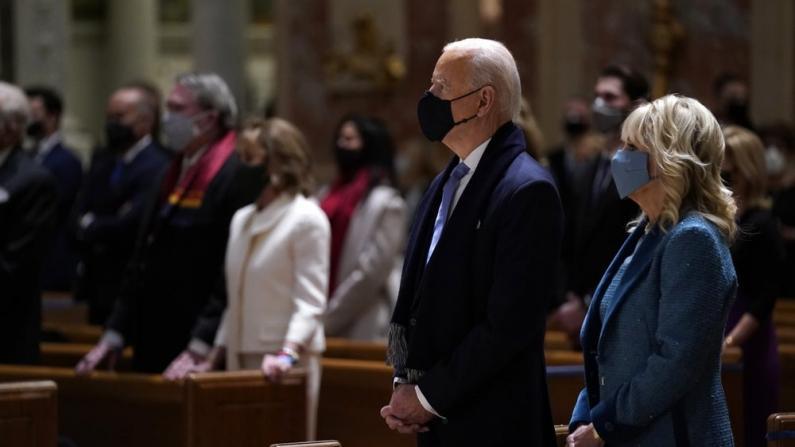 【实录】拜登、贺锦丽在家人陪同下出席教堂弥撒