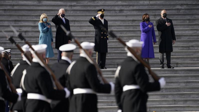 【实录】拜登、贺锦丽在国会大厦检阅部队