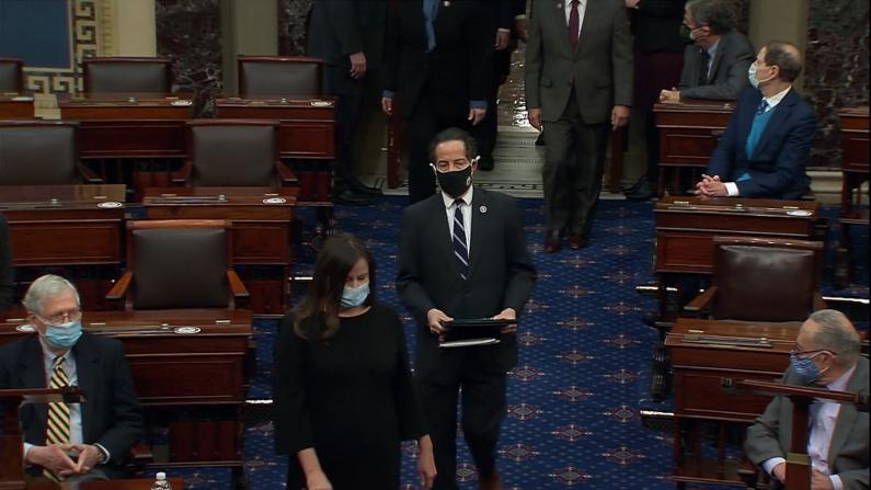 """【现场】""""他仍对民主构成威胁""""众院正式递送川普弹劾条款至参院"""