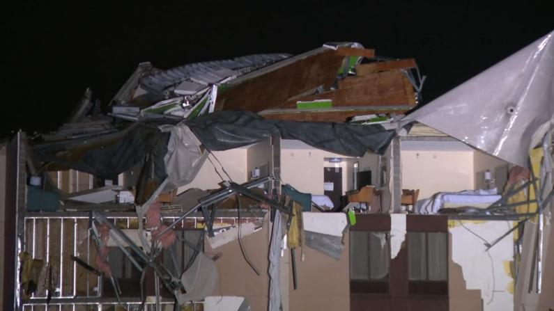 罕见龙卷风夷平阿拉巴马小城 房顶被掀、电力中断、警铃大作