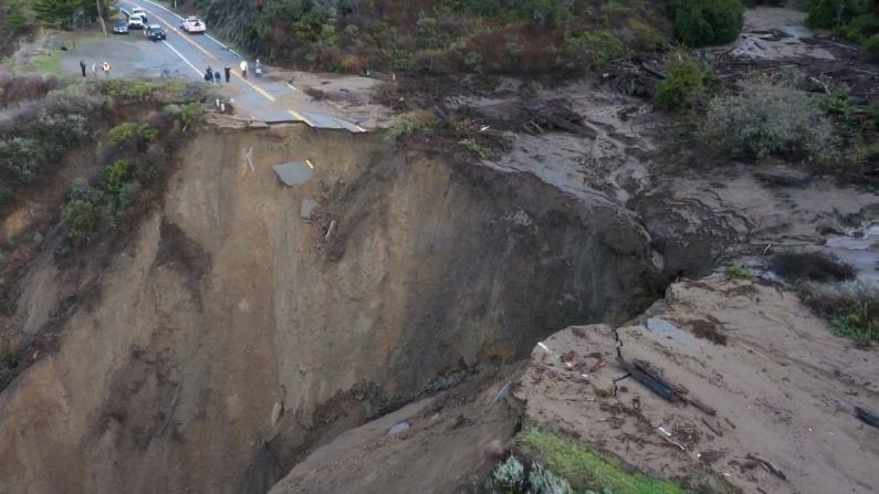 惊人! 暴雨泥石流让加州沿岸高速路变成了这样…