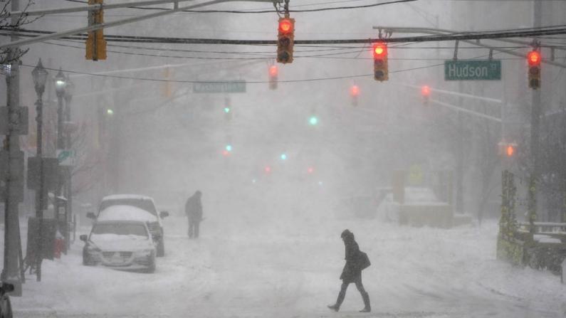 冬季风暴影响东北部民众日常生活 多地疫苗接种工作受阻
