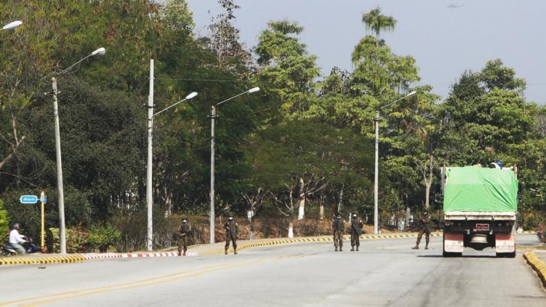 缅甸军方政变 部队巡街宵禁 民众抢购生活用品