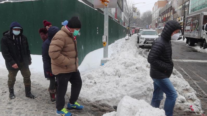 暴雪后的纽约法拉盛:行人增多但道路难行 室外用餐重开大受欢迎