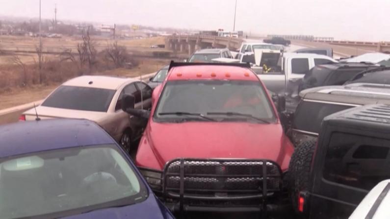 碰碰车?暴风雪天气作祟 俄克拉荷马十余辆车撞成一锅粥
