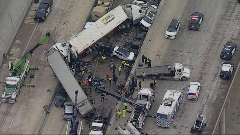 得州130辆车相撞 绵延1英里 现场惨不忍睹
