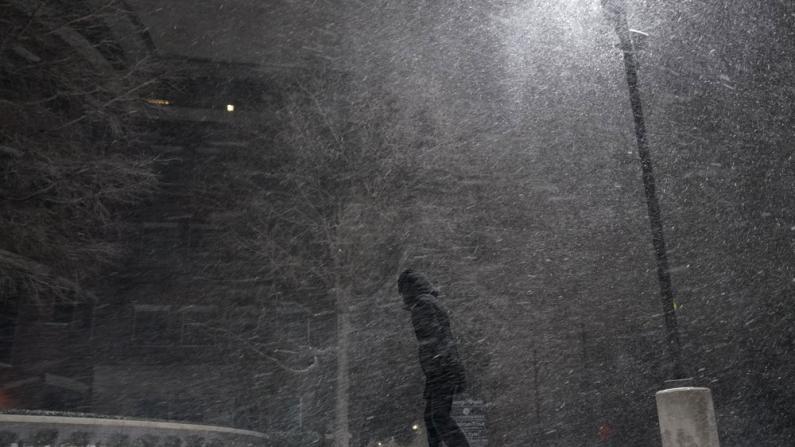 暴雪连连致中南部数百万人断电 全美雪盐供不应求