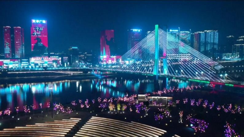 中国多地彩灯庆春节 扮靓新年夜空