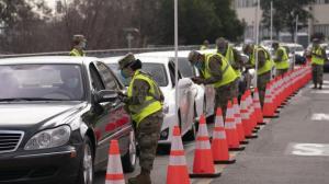 FEMA首批新冠疫苗站点加州开放 洛杉矶居民排队接种