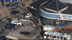 【现场】费城交通枢纽枪案酿至少七伤 警方封锁案发街道