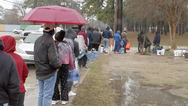 缺水断粮 数场大雪让得州多地居民苦不堪言