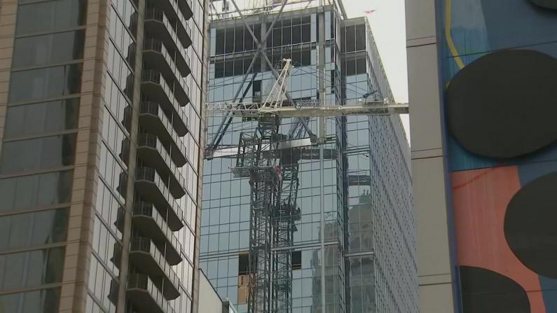 高楼惊魂!亚特兰大市中心塔吊突弯曲 附近街区紧急疏散
