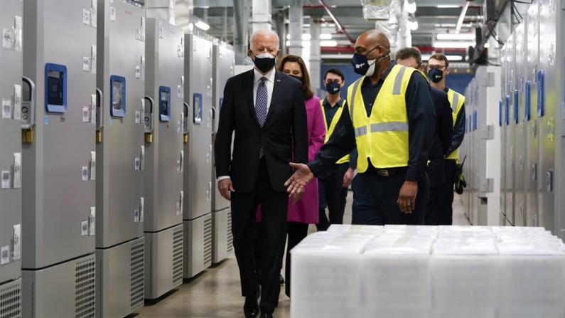 拜登访辉瑞密歇根工厂: 建墙挡不住病毒传播
